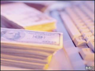 Банкноты и клавиатура