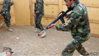 مجند أفغاني يتلقى التدريب