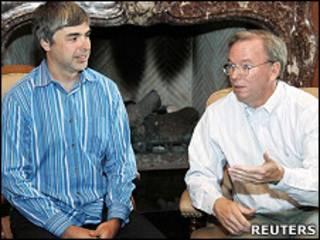 谷歌創辦人佩奇(左)與施密特會見媒體記者(資料圖片)