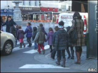 Дети переходят дорогу