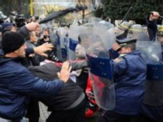 Khoảng 20.000 nguời tụ họp tại Tirana kêu gọi chính phủ từ chức