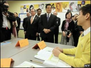 胡錦濤在戴利市長陪同下參觀佩頓中學(21/01/2011)