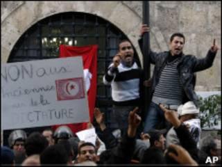 استعفای دولت موقت تونس، یکی از درخواستهای تظاهرکنندهها است