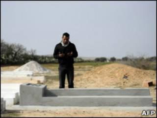 سنگ قبر محمد بوعزیزی، جوان تونسی که خود را آتش زد