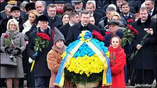 Віктор Янукович поклав квіти до пам'ятників Шевченку і Грушевському