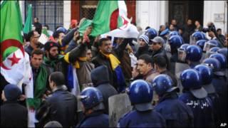 پلیس ضد شورش و تظاهرکنندگان در الجزیره