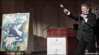"""Ведущий аукциона продает картину Матвиенко """"Ночь"""""""