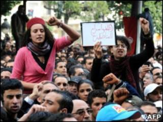 Демонстранты в Тунисе