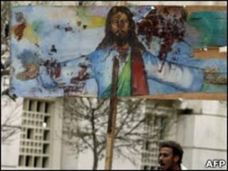 Христианин-копт несет изображение Иисуса