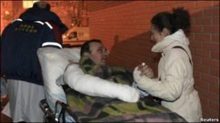 Раненый при взрыве в Домодедово на носилках