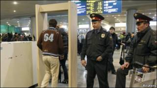"""Мужчина проходит через рамку металлодетектора в аэропорту """"Домодедово"""" 25 января 2011 года"""