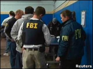 Агенты ФБР оформляют арест подозреваемых в принадлежности к мафии