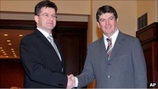 مبعوث الاتحاد الأوروبي (يسار) مع رئيس ألبانيا (يمين)
