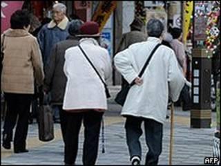 Idosas japonesas caminham pelas ruas de Tóquio (arquivo/AFP)