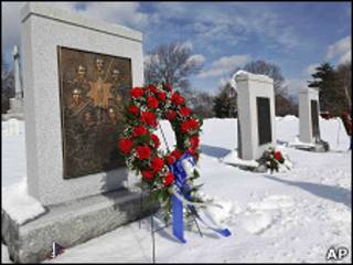 美國宇航局局長博爾登在阿靈頓國家公墓挑戰者號紀念碑前致放的花圈(27/1/2011)