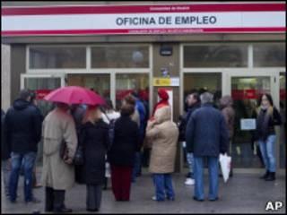 Espanhois fazem fila em agência de empregos do governo