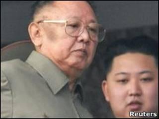 O líder norte-coreano Kim Jong-il, e o filho Kim Jong-un