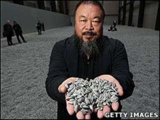 艾未未在倫敦泰特現代藝術館輪機房大廳內展示其陶瓷葵花籽(11/10/2010)