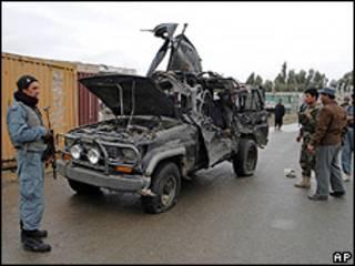 Policiais perto do carro onde estava o vice-governador da província de Kandahar (AP)
