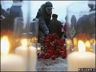 Russos prestaram homenagens às vítimas do ataque no aeroporto de Domodedovo (Reuters)