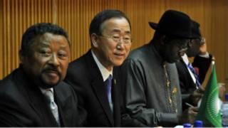 بان كي مون (وسط) محاطا بـ مفوَّض الاتحاد الأفريقي جان بينج (يسار) والرئيس النيجيري جودلاك جوناثان (يمين) خلال القمة الافريقية
