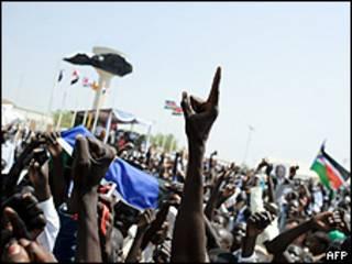 Sudaneses do sul comemoram em Juba divulgação de mais resultados do referendo (AFP)