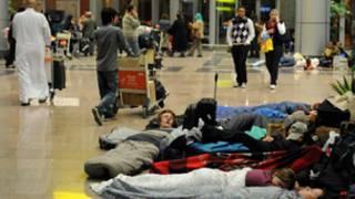 مسافرون عالقون في مطار القاهرة