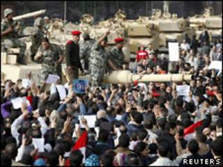 坦克進入開羅市受到民眾攔阻