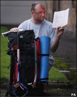Adam Potter com a mochila e o mapa que usava na escalada