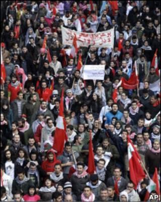 Manifestantes em protesto em Beirute, no Líbano, no domingo