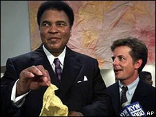 Muhammad Ali y el actor Michael J. Fox. Foto de archivo: 2000