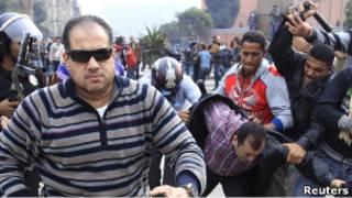 قوات أمن تضرب صحفيا