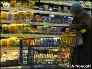 Пожилая женщина в российском супермаркете