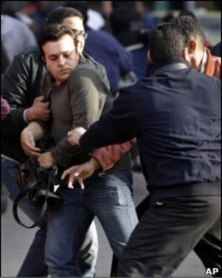 Египетские полицейские в штатском задерживают телеоператора в Каире 26 января 2011 г.