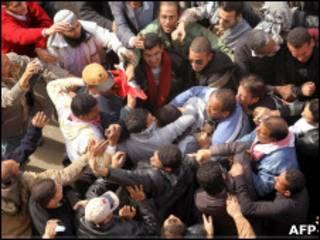 Manifestantes anti e pró-governo em confronto no Cairo