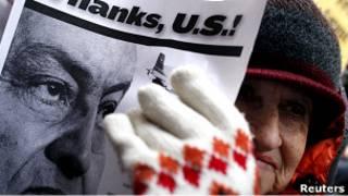 متظاهرة ضد الرئيس المصري مبارك في نيويورك