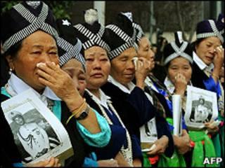 Những người Hmong lau nước mắt khi linh cữu Tướng Vàng Pao đi qua