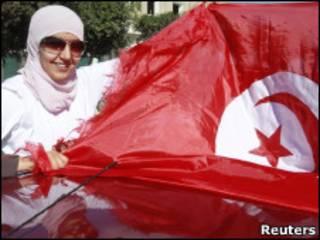 Женщина с флагом в Тунисе
