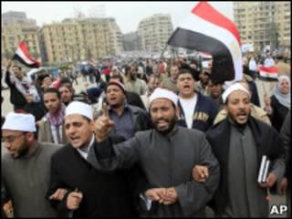 Manifestantes na Praça Tahrir nesta segunda-feira