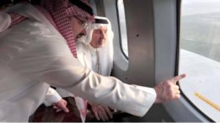الأمير مشعل بن ماجد بن عبد العزيز، حاكم جدة، يشرح للأمير خالد آثار الفيضانات