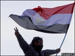 開羅解放廣場上示威者揮動國旗