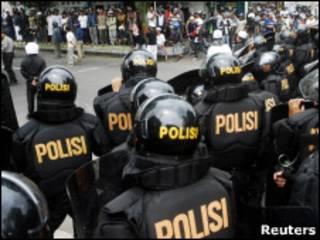 Policiais protegem tribunal em Temanggung