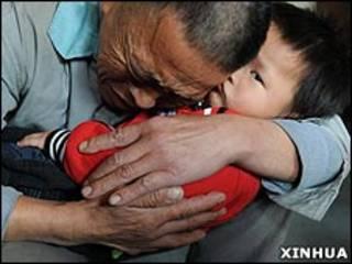 貴州獲救被拐兒童與父親團聚(新華社資料圖片)