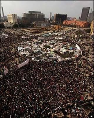 Manifestantes na praça Tahrir, no Cairo, na quarta-feira