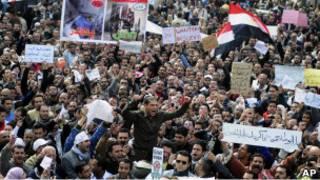 Sebagian demonstran anti-pemerintah beraksi di luar Lapangan Tahrir