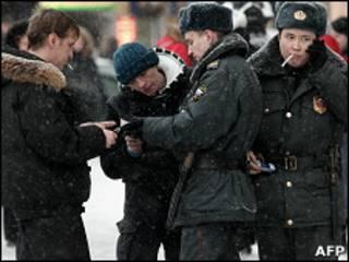Милицейский патруль проверяет документы на улице