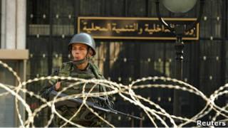 جندي يحرس مقر وزارة الداخلية الجزائرية
