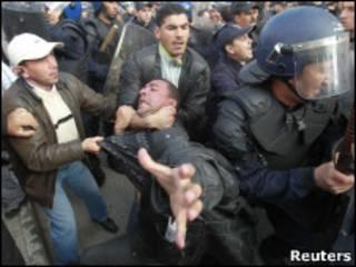 مردم الجزایر با الهام گرفتن از قیام مردم تونس و مصر، دست به تجمعات اعتراضی زده اند