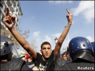 Участник акции протеста в Алжире