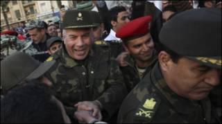 Quân đội Ai Cập ăn mừng cùng dân